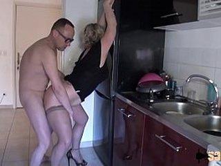 Milf blonde accro à la sodomie