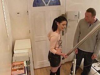 Le beau-père sodomise sa belle fille pendant l'absence de son fils.